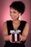 提供礼品的新非洲裔美国人的妇女 免版税库存照片
