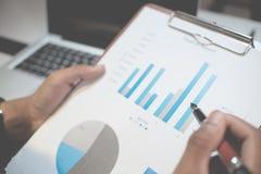 提供经费给概念,指向与在图数据的笔的手 免版税库存图片