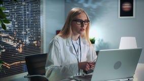 提供网上疗期的女性精神健康专家以患者用计算机 股票视频