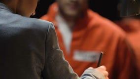 提供证词的囚犯在审讯屋子减少期限里,与律师的成交 股票录像