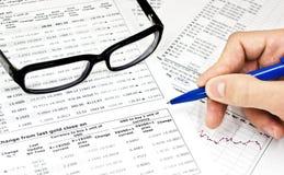 提供财务玻璃现有量铅笔 免版税库存照片