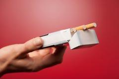 提供香烟的妇女 免版税图库摄影