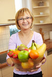 提供高级妇女的果子 库存图片