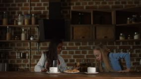 提供鲜美曲奇饼的小女孩为她的朋友 股票录像
