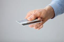 提供援助信用卡的女实业家 免版税库存照片