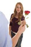 提供援助对劫掠的女孩从人起来了 免版税图库摄影