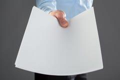 提供援助空白文件的手 库存图片