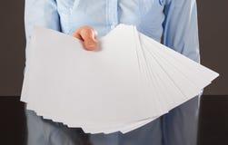 提供援助空白文件的手 免版税库存图片