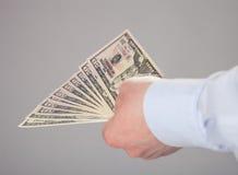 提供援助钞票的商人的手 免版税库存图片