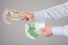 提供援助钞票的商人的手 免版税库存照片