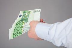 提供援助钞票的商人的手 库存照片