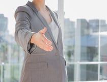 提供援助Businesswomans的手  库存图片