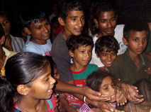 提供他们的手的印地安孩子 免版税库存照片