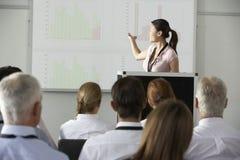 提供介绍的年轻女实业家在会议 库存图片