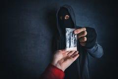 提供麻醉物质的毒贩使上瘾在街道上 库存图片