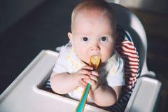 提供 Baby& x27; s第一坚实食物 库存照片