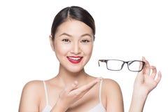 提出产品 显示玻璃的秀丽亚裔女孩 免版税库存照片