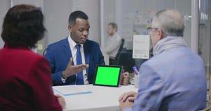 提出他的项目的非裔美国人的entrepreneuer 影视素材