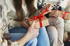 提出作为圣诞前夕传统的礼物 库存照片