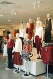 提出前个时尚趋向的时装模特 免版税库存照片
