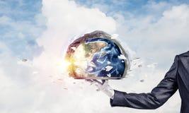 提出在盘子的女服务员的手地球地球 免版税库存图片
