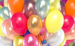 提出束五颜六色的气球的图片 免版税库存照片