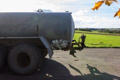 提出液体肥料的traktor 库存照片