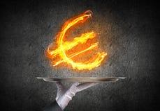 提出火焰状欧洲标志的女服务员的手 免版税库存图片