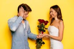 提出结婚提议的微笑的妇女对她的男朋友 免版税库存图片