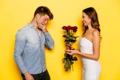提出结婚提议的愉快的妇女对她的男朋友 库存图片