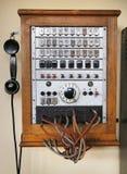 提出老木电话的照片 免版税图库摄影