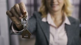 提出钥匙的资深房地产经纪商的中央部位 股票录像