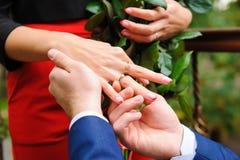 提出结婚提议的人对女朋友 免版税库存图片