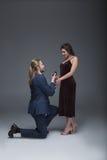 提出结婚提议的无尾礼服的人对他的女朋友,当站立在一个膝盖时 库存照片