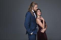 提出结婚提议的无尾礼服的人对他的女朋友 图库摄影