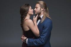 提出结婚提议的无尾礼服的人对他的女朋友 免版税库存图片