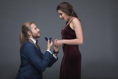 提出结婚提议的无尾礼服的人对他的女朋友 库存照片
