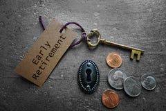 提前退休标记和钥匙 库存图片