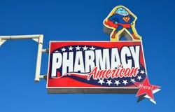 提华纳,墨西哥8月10日2014年:卖威耳阿格拉的墨西哥药房的一个标志 库存照片