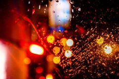提取与回合行,光芒四射的多彩多姿的光的被弄脏的背景 库存照片