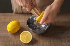 提取与木柑橘的人柠檬汁 库存图片