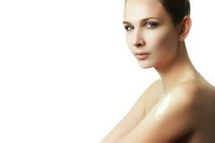 提取乳脂身体在沐浴以后 妇女摩擦了入皮肤化妆水 免版税库存照片