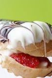 提取乳脂eclair草莓 免版税库存照片