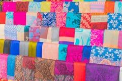 提取五颜六色的泰国丝绸,泰国绢丝软性被弄脏的和软的焦点表面纹理  免版税库存照片
