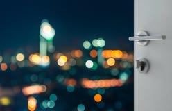 提取曼谷都市风景bokeh背景鸟瞰图的被打开的白色门  免版税库存照片