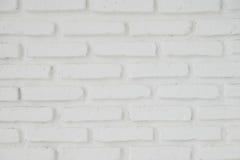 提取浅灰色被风化的纹理被弄脏的老的灰泥并且变老了油漆白色砖墙 免版税库存图片