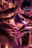 提取站立在酒吧的马蒂尼鸡尾酒的小玻璃 免版税库存图片