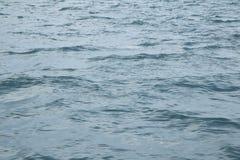 提取背景美好的蓝色cloudscape金黄海洋沙子海运春天夏天日落 库存图片