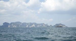 提取背景美好的蓝色cloudscape金黄海洋沙子海运春天夏天日落 免版税库存照片