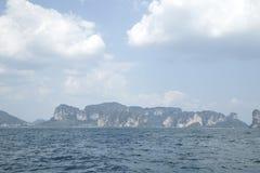 提取背景美好的蓝色cloudscape金黄海洋沙子海运春天夏天日落 图库摄影